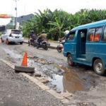 Rusak Parah, Jalan di Perempatan Gaplek Pondok Cabe Dikeluhkan Warga
